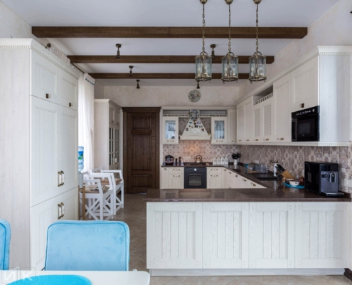 Кухня-классика-белая-фасад-Drewpol-(натуральное-дерево)--1002