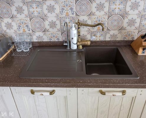 Кухня-классика-мойка-камень-смеситель-бронзовый--1028