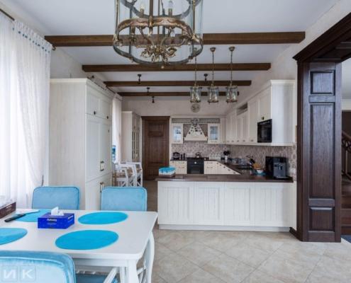 Кухня-классика-со-столом-фасад-Drewpol-(натуральное-дерево)--1000