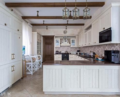 Кухня-классика-с пеналами-фасад-Drewpol-(натуральное-дерево)--1003