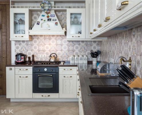 Кухня-классика-утварь на столешнице-Drewpol-(натуральное-дерево)--1021