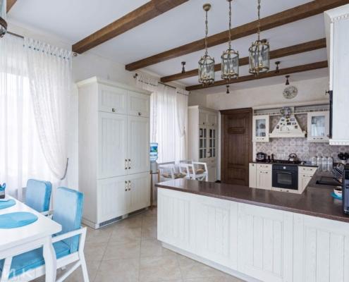 Кухня-классика-фасад-балки на потолке-(натуральное-дерево)--1005