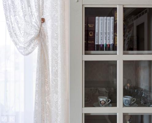 Кухня-классика-фасад-серванта с книгами-(натуральное-дерево)--1023