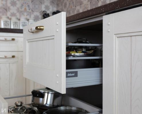 Кухня-классика-ящик с посудой-Drewpol-(натуральное-дерево)--1031