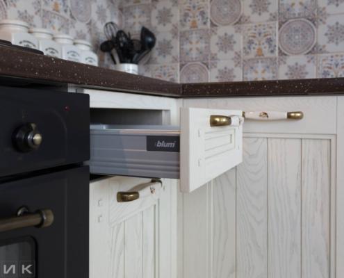 Кухня-классика-ящик-BlUM-Drewpol-(натуральное-дерево)--1029