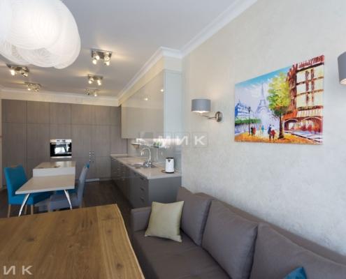 Кухня-студия-диван и стол