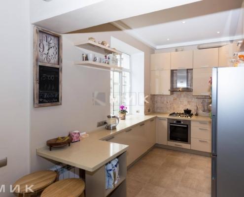 П-образная-бежевая-кухня-столешница-под-окно-(Белогородка)-1000
