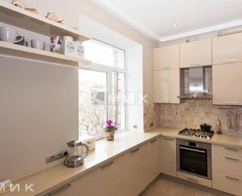 П-образная-бежевая-кухня-столешница-под-окно-(Белогородка)-1001