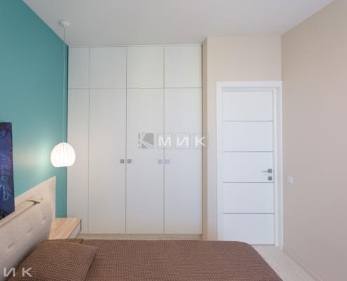 Распашной шкаф в спальне