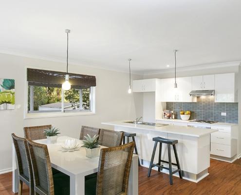 белая-кухня-столовая