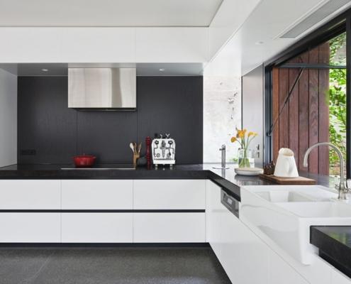белая-кухня-с-контрастной-столешницей