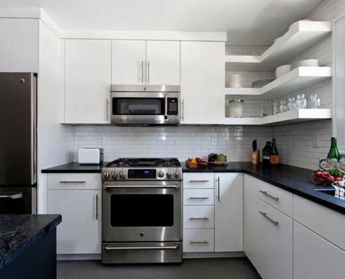 белая-кухня-с-открытыми-полками