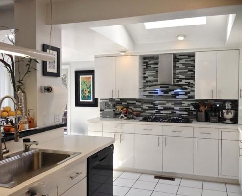 белая-кухня-с-тёмной-рабочей-стеной