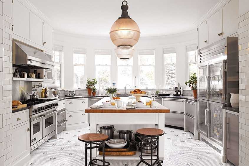 больша-светлая-кухня-с-эркером