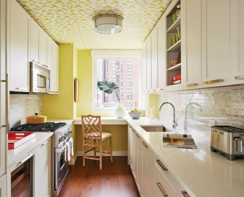 жёлтая-стена-на-светлой-кухне