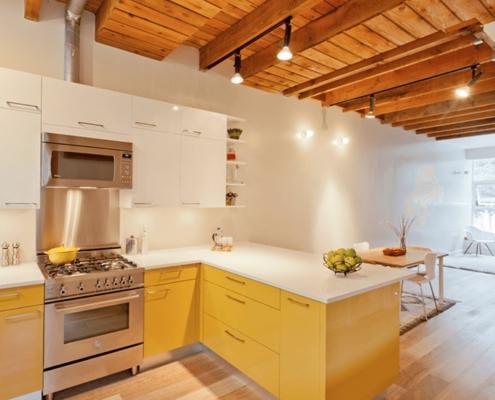 жёлто-белая-кухня-студия