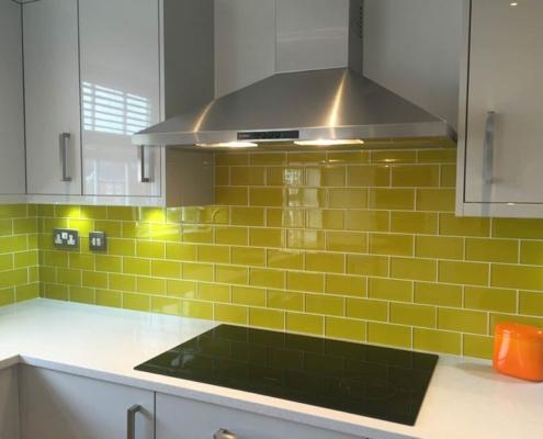 жёлтый-кафель-на-кухне