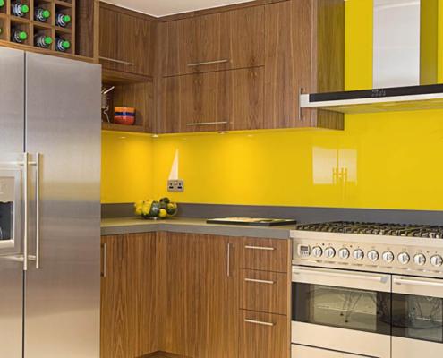 жёлтый-фартук-на-кухне
