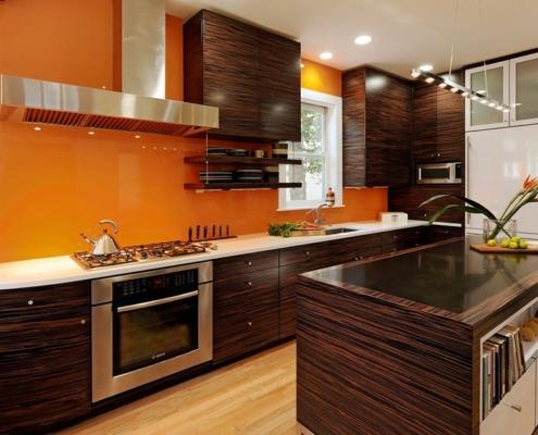 коричневая-кухня-оранжевая-стена