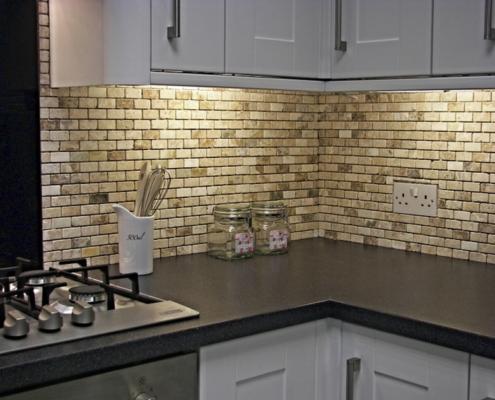 коричневая-рабочая-стена-на-кухне