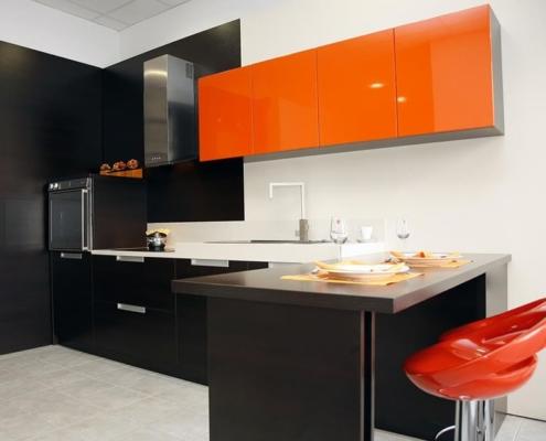 кухня-оранжевая-с-чёрным