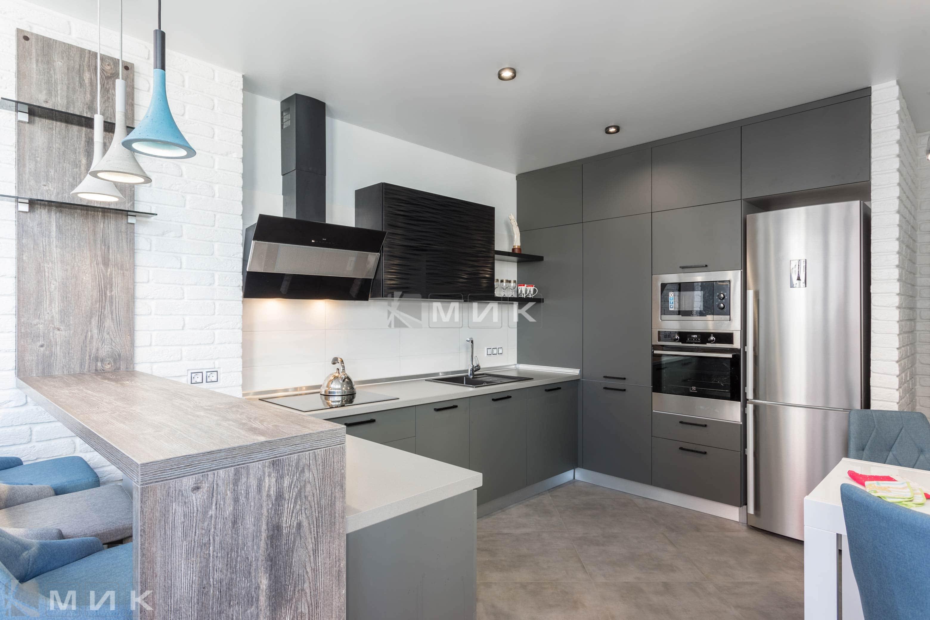 Шкаф черного цвета на кухне