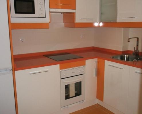 оранжевая-столешница-и-пол