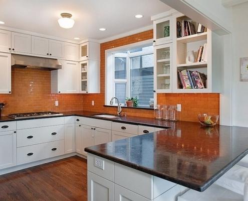 оранжевый-фартук-на-кухне