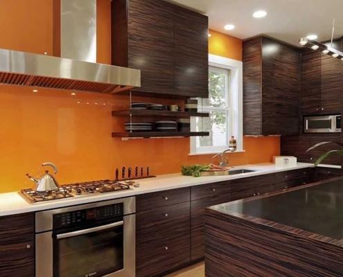 оранжевый-фартук-на-тёмной-кухне
