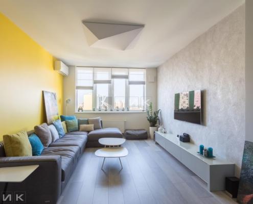Гостиная-комната с желтой стеной