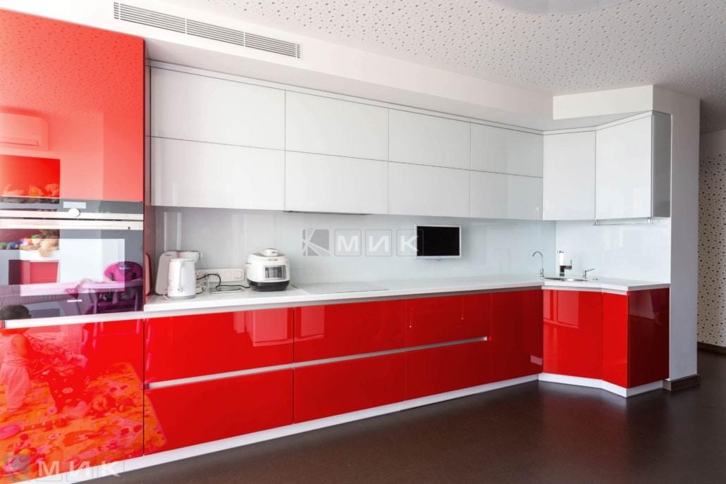 дизайн красно-белой-кухни-студии