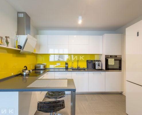 Кухня-МДФ-с-желтым-стеклом-1001