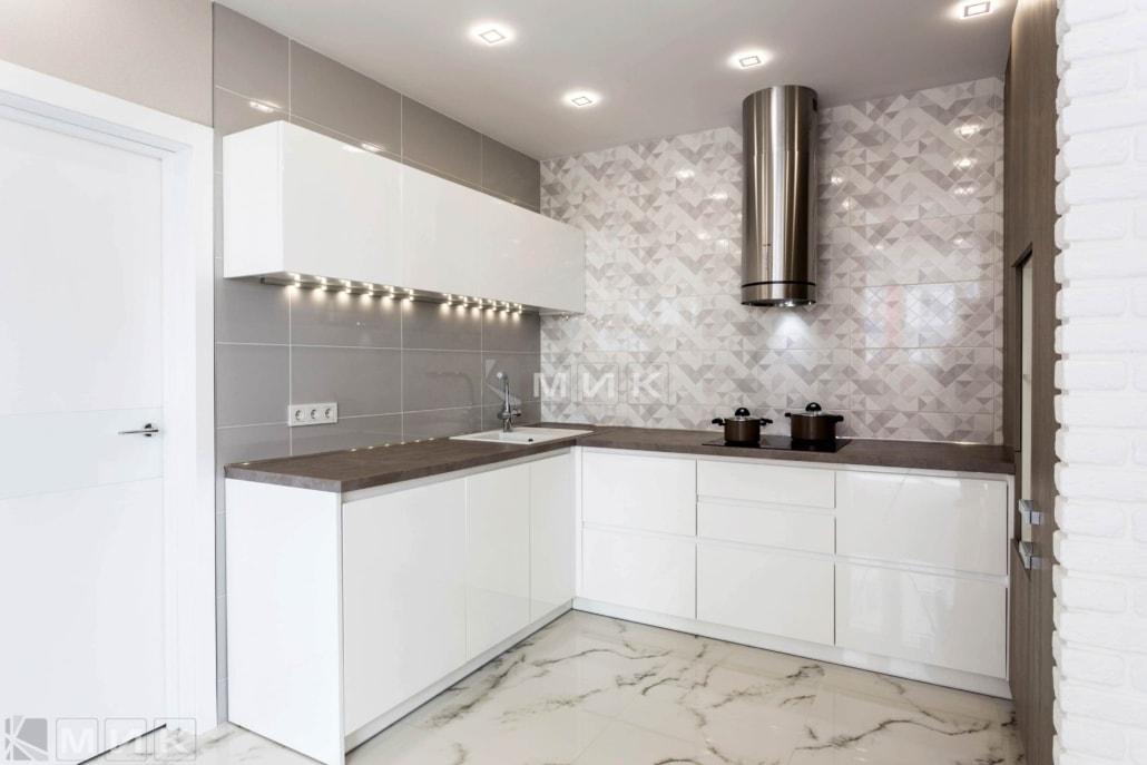 Кухня-белая-п-образная-пчелки_8-1006