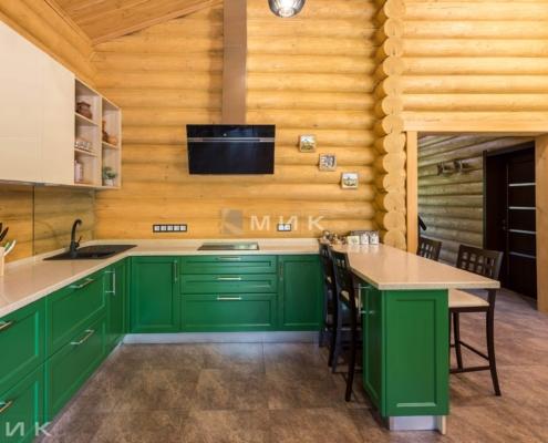 Кухня-зеленая-в-деревянном-доме-1002