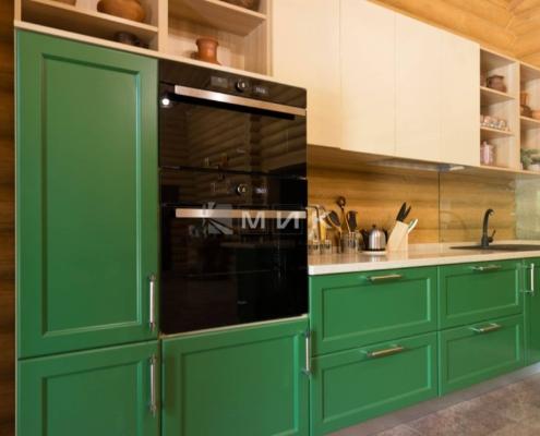 Кухня-зеленая-в-деревянном-доме-1003