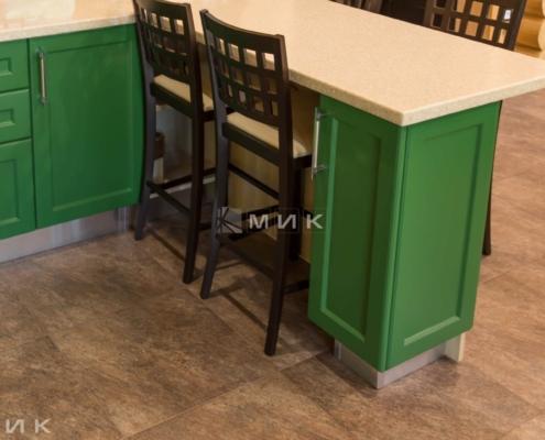Кухня-зеленая-в-деревянном-доме-1004