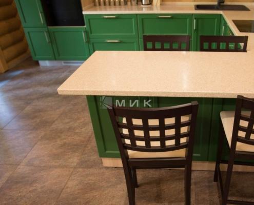 Кухня-зеленая-в-деревянном-доме-1008