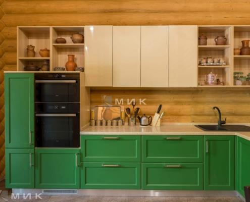 Кухня-зеленая-в-деревянном-доме-1010