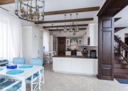 Кухня-классика-лестница деревянная в интерьере--1004
