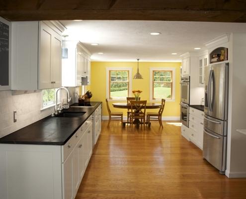 акцентная-жёлтая-стена-на-кухне
