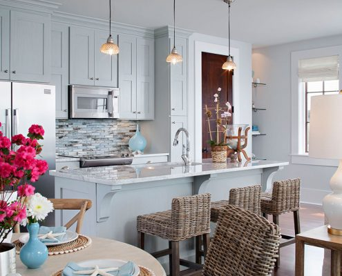 плетёные-стулья-на-голубой-кухне