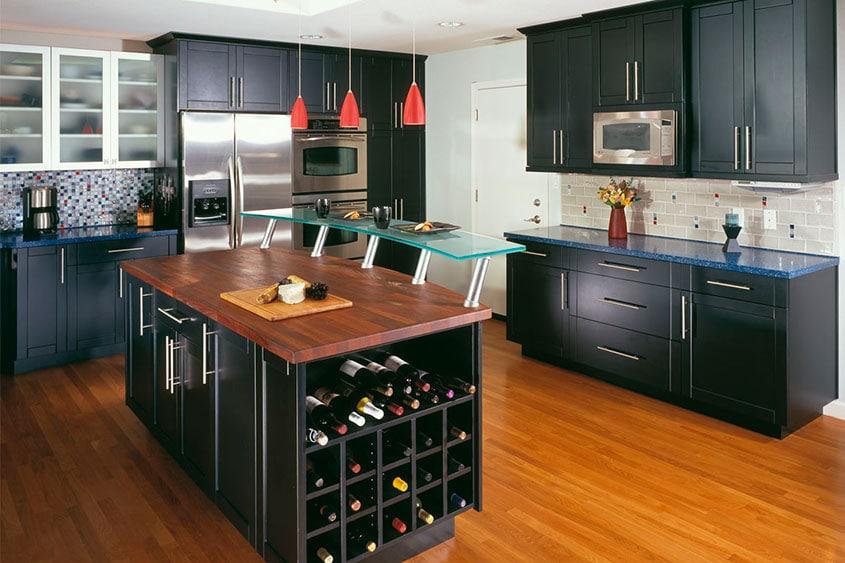 чёрная-кухня-с-коричневым-полом