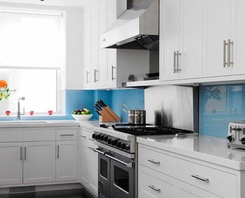 белая-кухня-с-голубым-фартуком