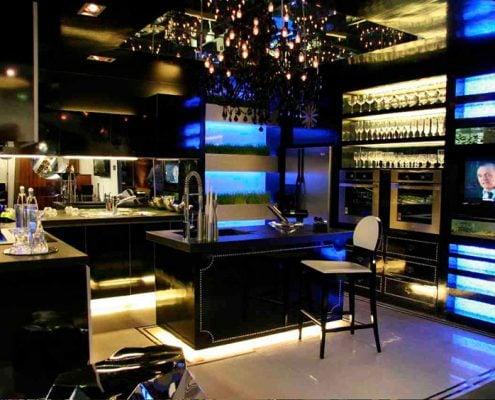 чёрная-кухня-с-синей-подстветкой