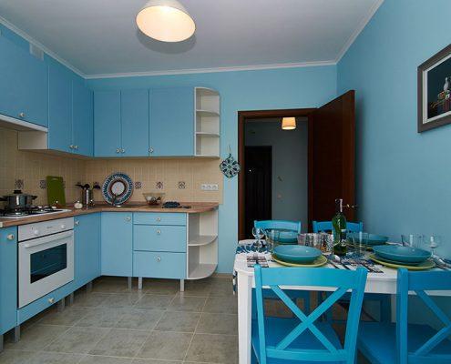 кухня-с-голубыми-стенами