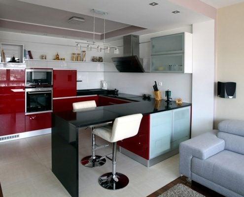 кухня-студия-с-барной-стойкой-и-диваном