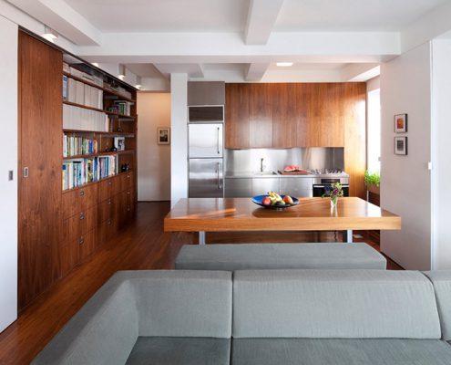 столовая-на-кухне-со-шкафом-и-диваном