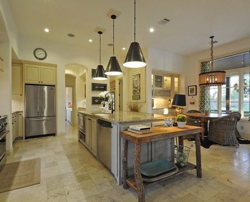 просторная-кухня-столовая-в-частном-доме