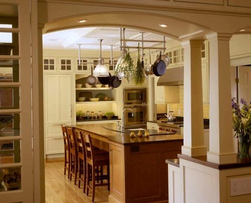 кухня-столовая-с-аркой-и-колоннами
