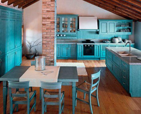 голубая-кухня-с-деревянными-стульями